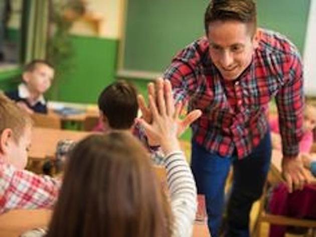 profesor-choca-los-cinco-con-su-alumna